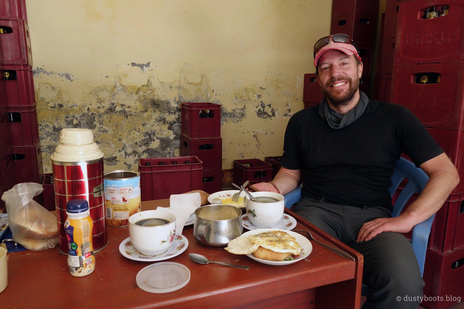 Tag 10: Frühstück im Büro der Busgesellschaft in Llamac