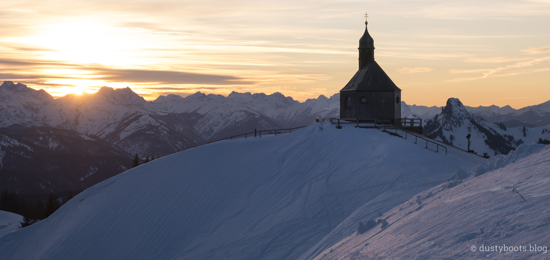 Sonnenuntergang am Wallberg mit Kirche